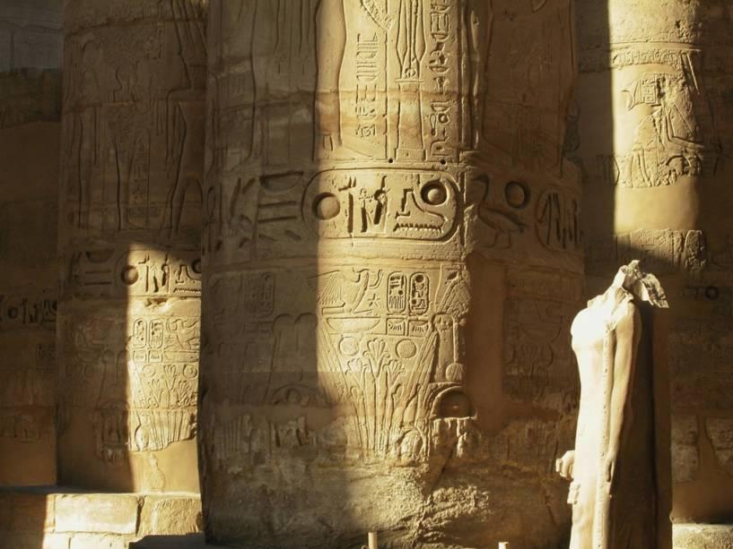Detalhe da coluna no salão hipostilo de Karnak, Egito.  No passado, esses pilares eram totalmente coloridos