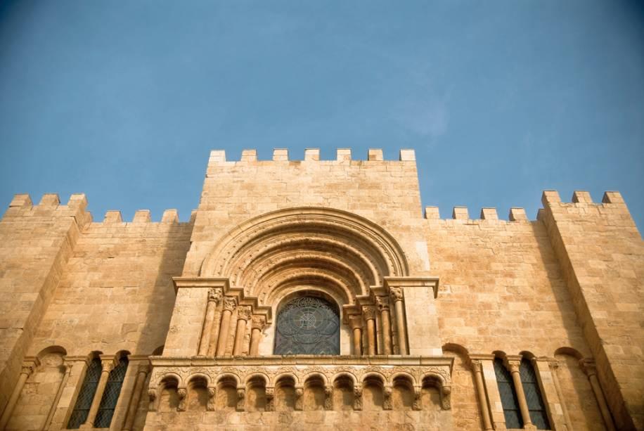 A Sé Catedral Velha foi construída em estilo românico no século XII.  Uma inscrição em árabe ainda é visível em uma das paredes