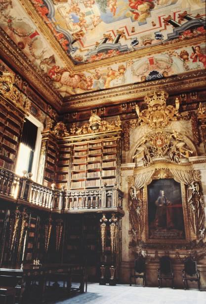 A Biblioteca Joanina da Universidade de Coimbra reúne mais de 250.000 obras.  Coberto de ouro e jacarandá, belos afrescos adornam o teto