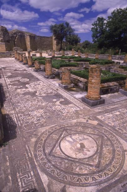 Ruínas romanas podem ser vistas em Conímbriga.  Uma das principais atrações é a rua de paralelepípedos de calcário com vestígios de carros romanos