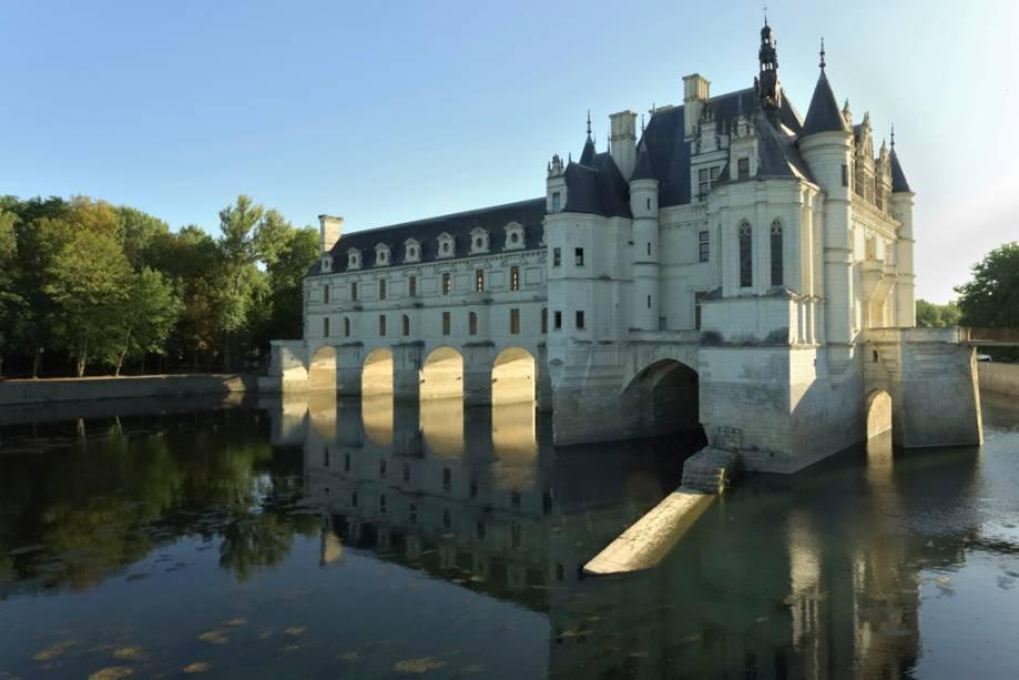 O Castelo de Chenonceau, construído em 1513, é sustentado por um sistema de pilares no centro de Cher e é acessível por uma ponte, tornando a visita digna de um livro de histórias.