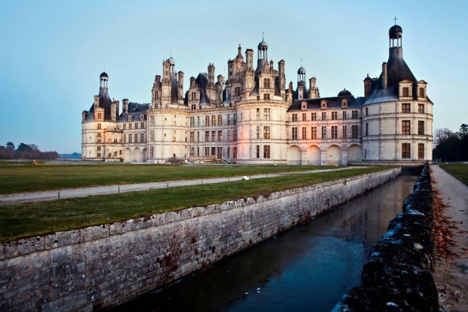 O Château du Chambord, antigo pavilhão de caça que Francisco I transformou num dos castelos mais espectaculares do Vale do Loire, é uma das grandes atracções da região.  A grande escadaria central e o quarto do rei, ricamente decorado com veludo, são dois dos destaques do castelo.