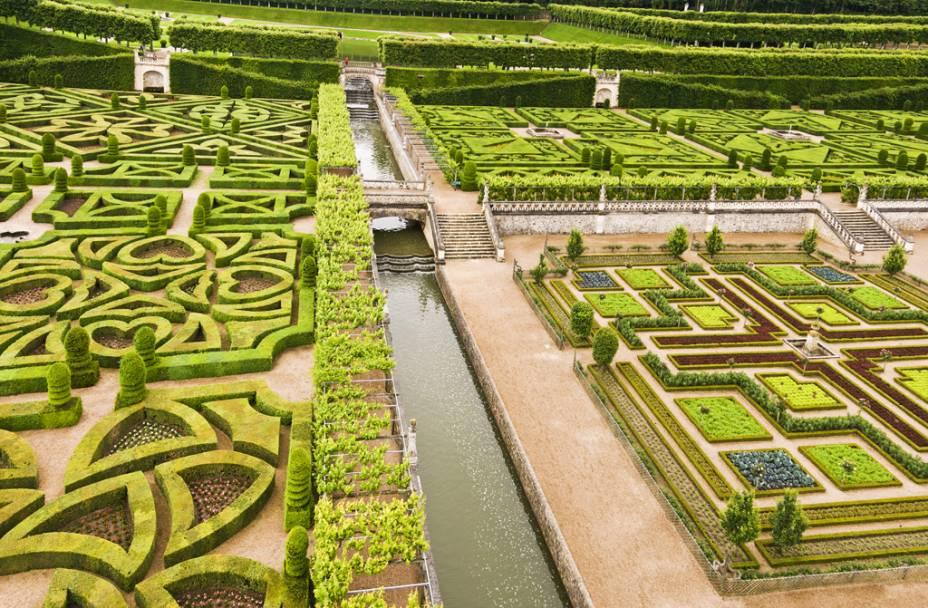 O incrível jardim renascentista do castelo Villandry, no Vale do Loire, foi projetado pelo espanhol Joachim Carvallo no século XX.  O estilo salvou conceitos de naves largas, padrões geométricos, terraços e lagos desenhados por André Le Nôtre (1613-1700), o mestre encarregado do projeto de Versalhes.