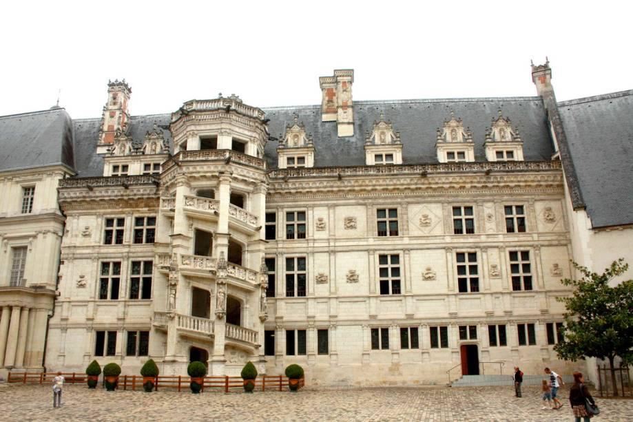 Vista externa do castelo de Blois com sua famosa escadaria
