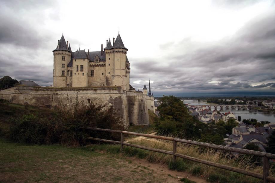 O castelo de Saumur do século 14 domina a cidade e o Loire fluindo a seus pés