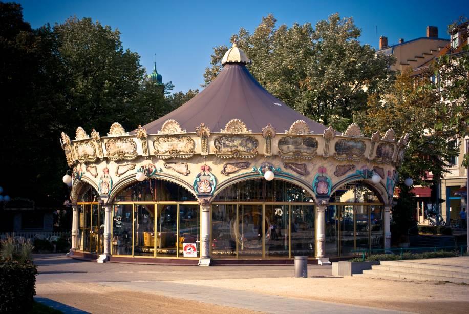 """Colmar foi fundada no século 9 e estava sob o domínio dos suecos e alemães.  Sua atmosfera de """"Cidadela interna"""" atrai turistas de diferentes partes do mundo"""