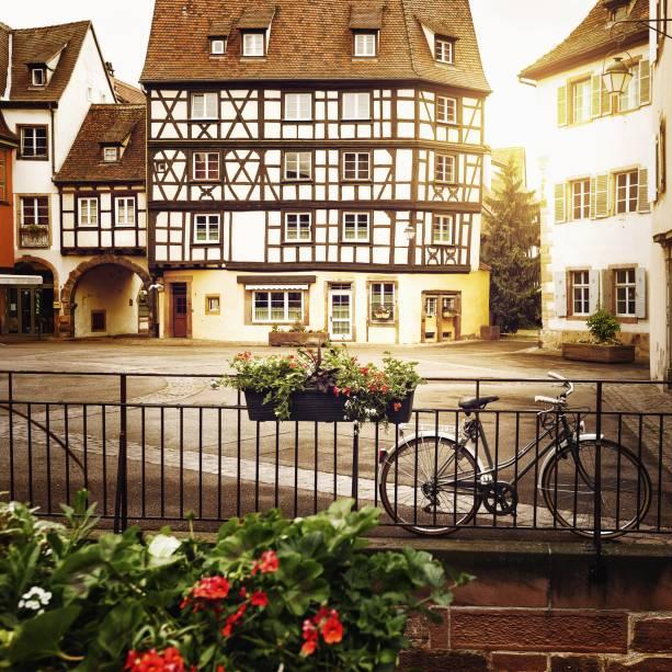 As flores estão por toda parte em Colmar e combinam perfeitamente com suas belas e charmosas casas cheias de romance