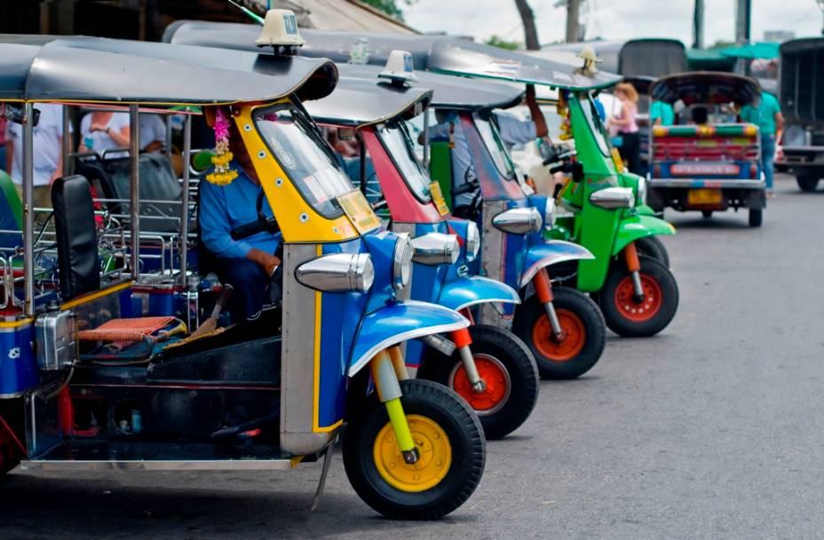Um dos meios de transporte mais comuns no Sudeste Asiático são o tuc-tuc, uma adaptação de motocicleta que pode acomodar até dois passageiros.  Barulhentos e ágeis, eles são uma maneira barata de se locomover em Bangkok, caso você não esteja sendo aproveitado por um mau motorista