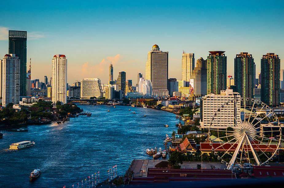 O Chao Phraya divide a cidade de Bangkok em duas e é um dos cartões postais da cidade tailandesa