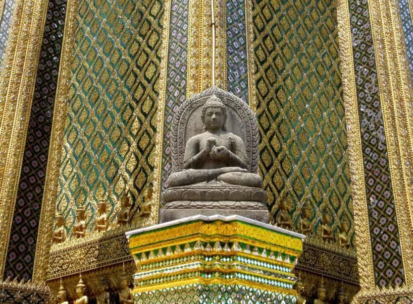 Entre os muitos edifícios de Wat Phra Kheo está Phra Mondop, a biblioteca ricamente decorada de Rama I.