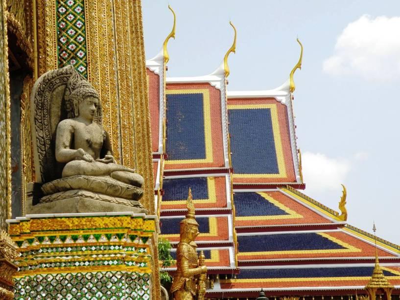 Wat Phra Kheo tem dezenas de edifícios pequenos e grandes construídos ao lado do Grande Palácio, que são a principal atração da capital tailandesa