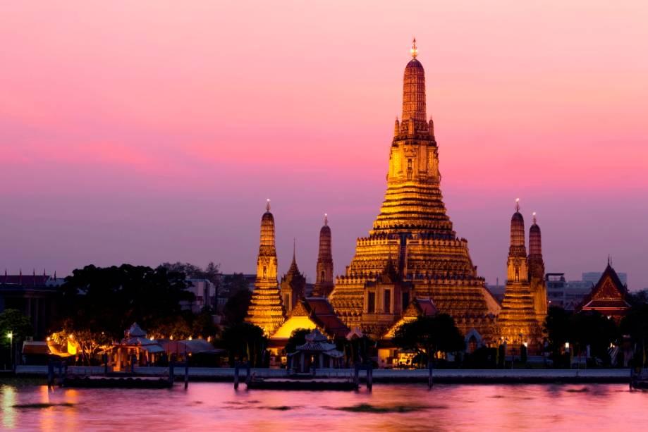 Wat Arun, ao longo do rio Chao Phraya, completa a fantástica tríade de templos no centro de Bangkok com Wat Pho e Wat Phrao Kheo