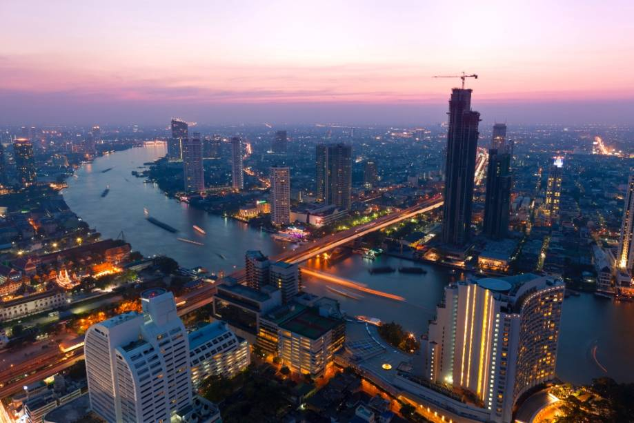 Na virada das décadas de 1980 e 1990, a Tailândia ingressou no Asian Tigers Club, uma economia próspera que seguiu os passos de Taiwan, Coreia do Sul e Cingapura.  A capital Bangkok foi modernizada e transformada em uma metrópole exótica e cosmopolita às margens do rio Chao Phraya