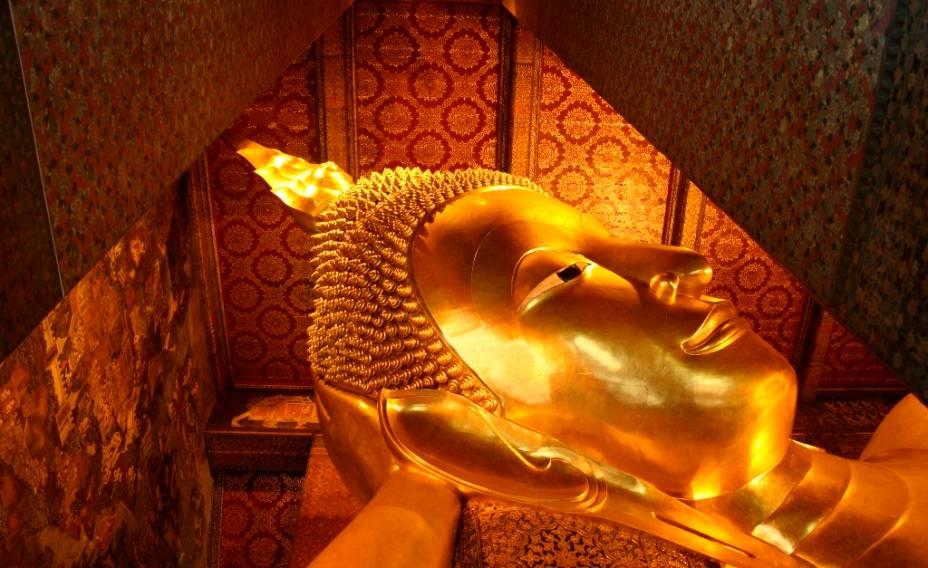O Buda reclinado, com mais de 40 metros de comprimento, é uma das principais atrações do templo Wat Pho, no centro de Bangkok