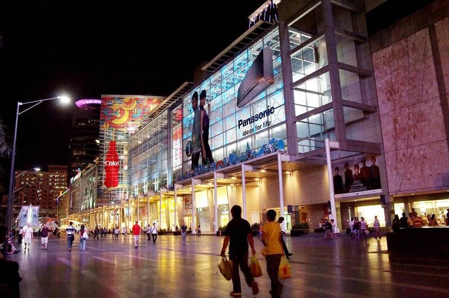O Central World em Bangkok é uma espécie de Times Square tailandesa com suas boutiques famosas e multidões famintas por compras