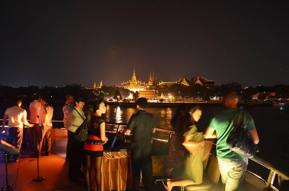 Um cruzeiro no rio é uma das opções de passeios na badalada Bangkok