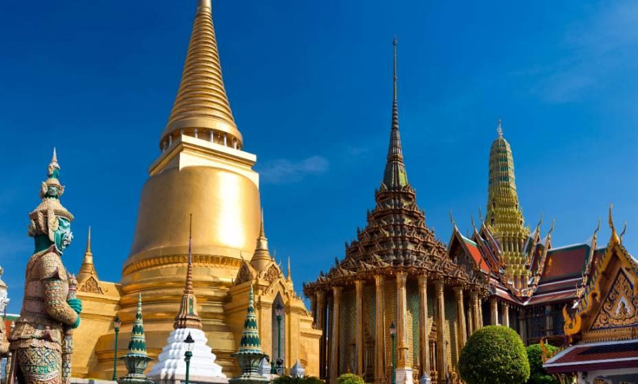 O complexo Wat Phra Kheo é um quarteirão inteiro no centro de Bangkok com seus templos ornamentados e palácio real.  O magnífico complexo foi fundado por Rama I no século 18 e não serve mais como residência oficial do monarca, mas ainda é o local de muitas cerimônias oficiais do estado.