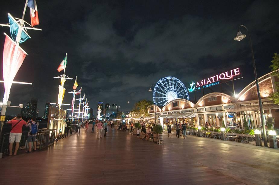 O mercado asiático tem vista para o rio Chao Phraya