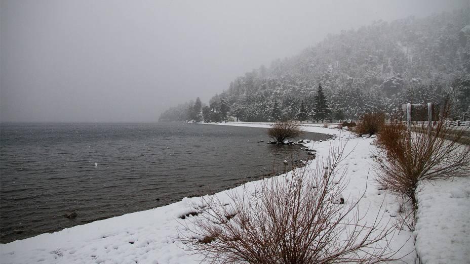 """No inverno,""""http://viajeaqui.abril.com.br/cidades/ar-bariloche"""" rel =""""Bariloche"""" Objetivo =""""_vazio""""> Bariloche torna-se um paraíso para esquiadores ou snowboarders: a neve pode acumular até dois metros de altura"""" class=""""lazyload"""" data-pin-nopin=""""true""""/></div> <p class="""