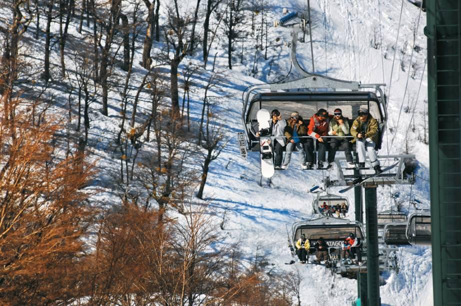 Os teleféricos levam os turistas às pistas para a prática de esportes como o tradicional esqui, o snowboard e até o snow tubing, uma descida pela montanha em botes de borracha.  Se você quer se lembrar da sua infância, opte pelo esquibunda (minitrenos que lembram carruagens sem rodas).