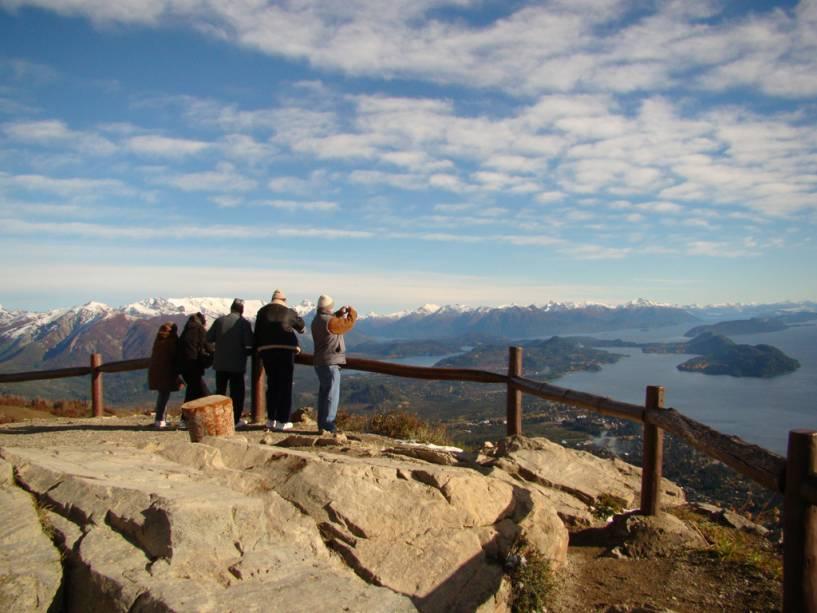 """No topo do Cerro Otto há um mirante e um restaurante giratório de 360 graus com vista panorâmica""""http://viajeaqui.abril.com.br/cidades/ar-bariloche"""" rel =""""Bariloche"""" Objetivo =""""_vazio""""> Bariloche"""" class=""""lazyload"""" data-pin-nopin=""""true""""/></div> <p class="""