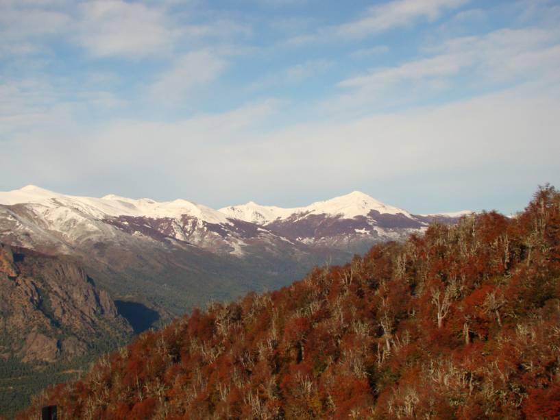Do Cerro Otto você pode ver as montanhas cobertas de gelo dos Andes em contraste com as florestas de coníferas