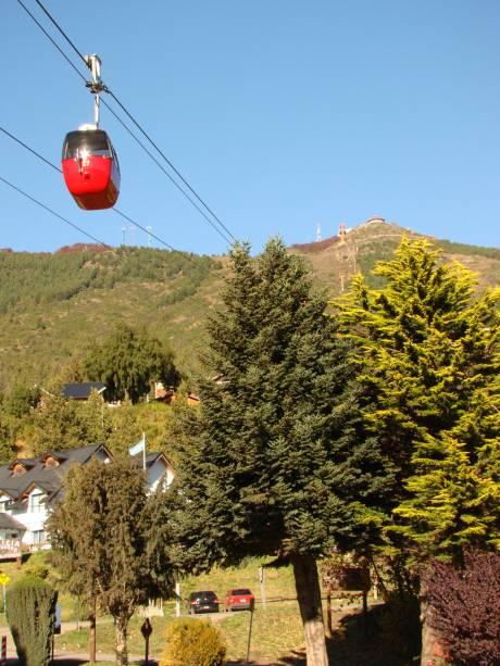 Para chegar ao cume do Cerro Otto a 1.405 metros acima do nível do mar, pegue o teleférico.  A viagem dura doze minutos e transporta até quatro passageiros
