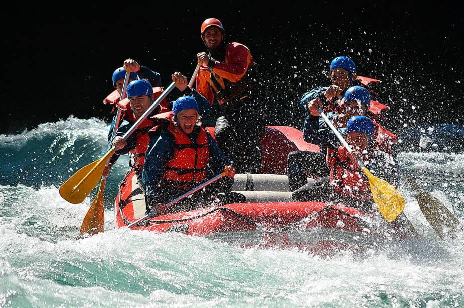 No verão, quando a temperatura chega a quase 30 graus, é possível praticar rafting nos rios das águas transparentes de Bariloche.