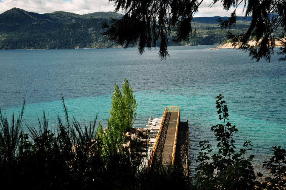 Cais na Isla Victoria, no Lago Nahuel Huapi.  Aqui você pode ver diferentes tipos de plantas, arbustos, ciprestes e sequoias