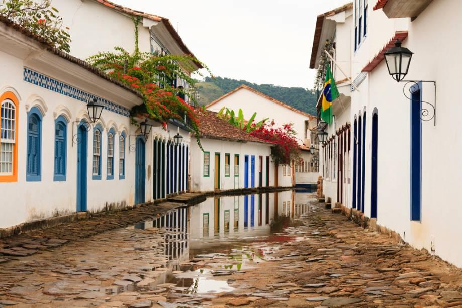 As ruas de pedra e casarões coloniais do centro histórico de Paraty são marcantes na cidade