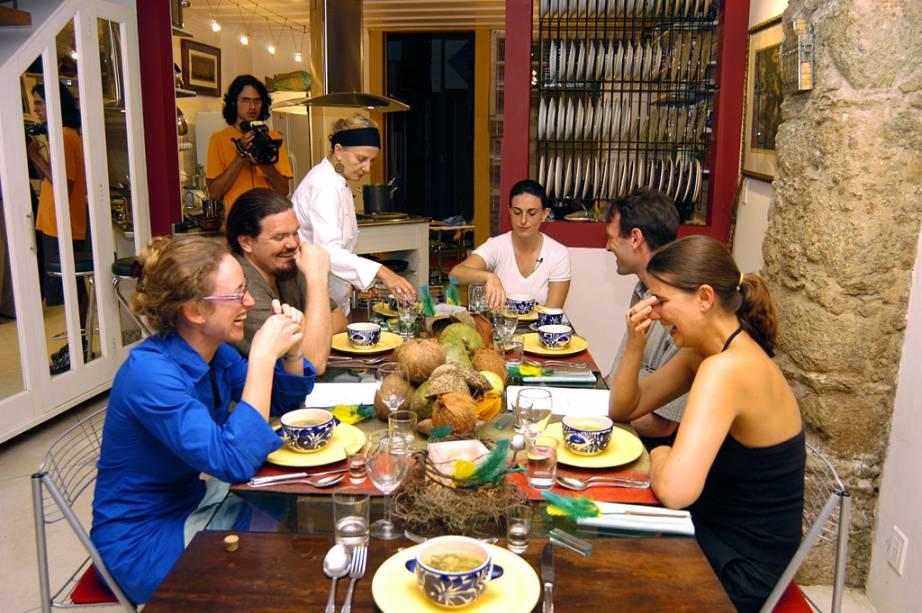 Yara Castro Roberts, diretora da Academia de Culinária e Outras Delícias, assiste a uma aula de culinária
