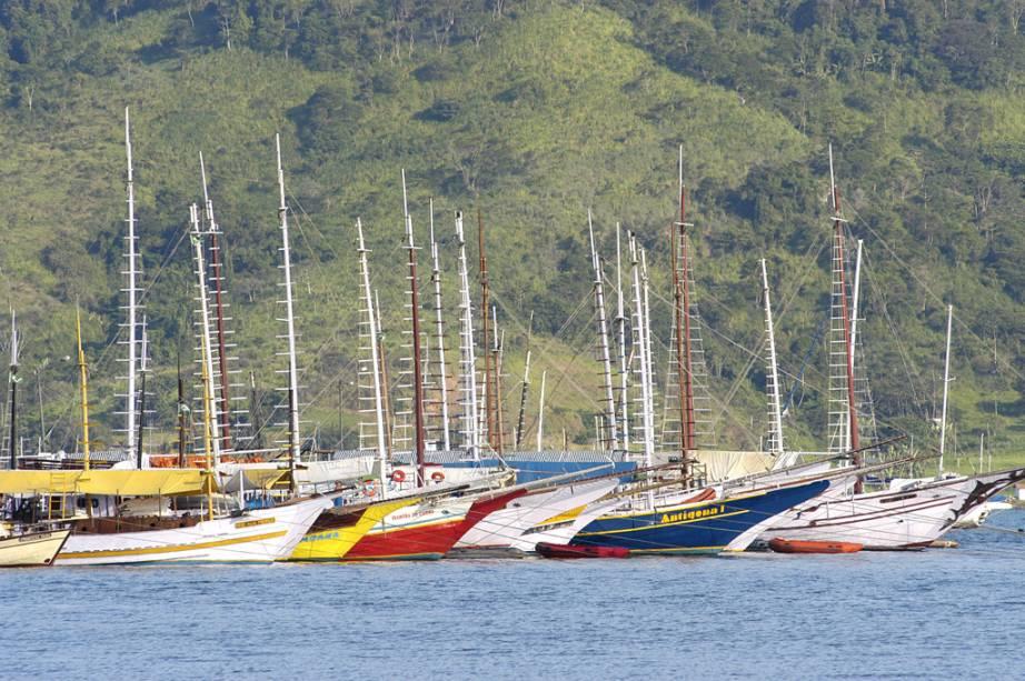 Passeios de escuna pela baía são tradicionais em Paraty