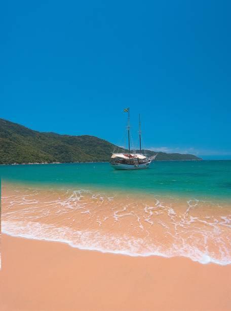 O roteiro mais comum inclui as ilhas de Pescaria e Comprida, além de algumas praias como Vermelha e Lula.