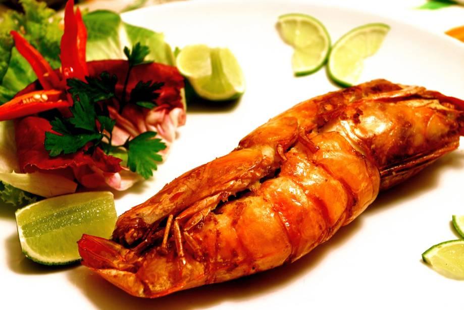 Um prato típico da mesa Caiçara, o camarão caseiro feito com dois camarões grandes recheados com farinha de mandioca, é servido no restaurante Refúgio.