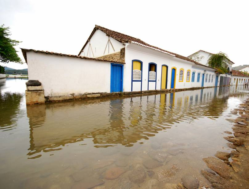 As chuvas rápidas e a maré alta são a receita certa para inundar o centro histórico.  Melhor não estacionar no cais e na Rua Fresca