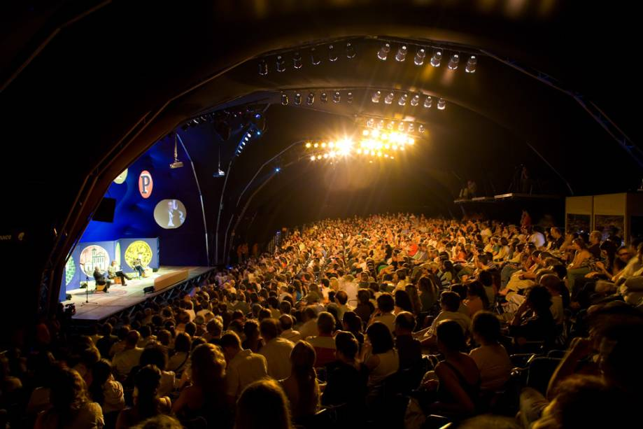 O Público participa na Flip Conference, um evento literário anual que move a cidade