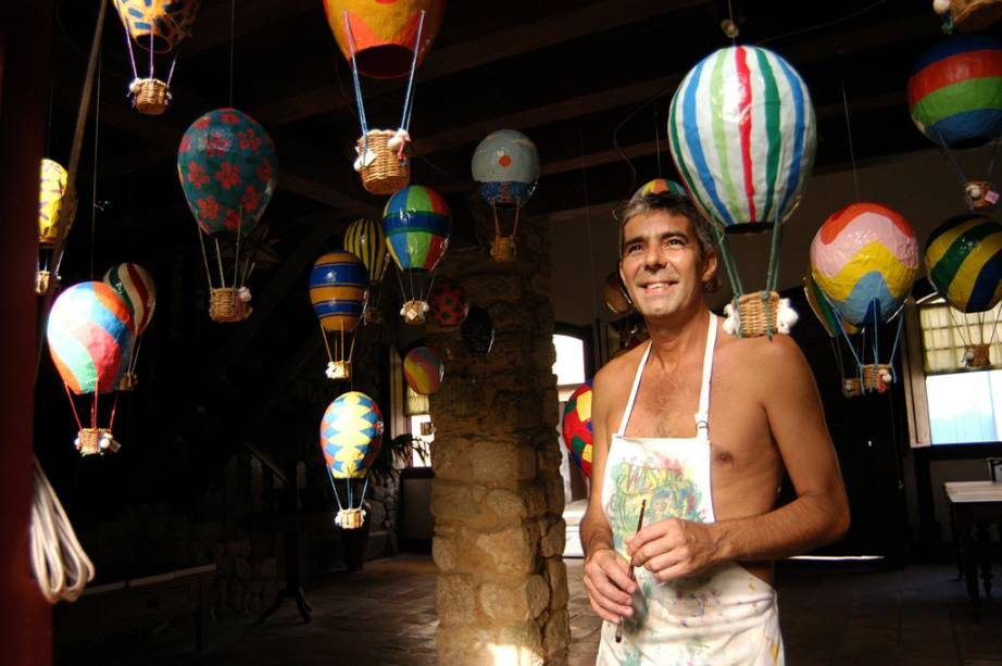 Marcos Maia, artista plástico que faz balões de papel machê e abóbora em sua oficina
