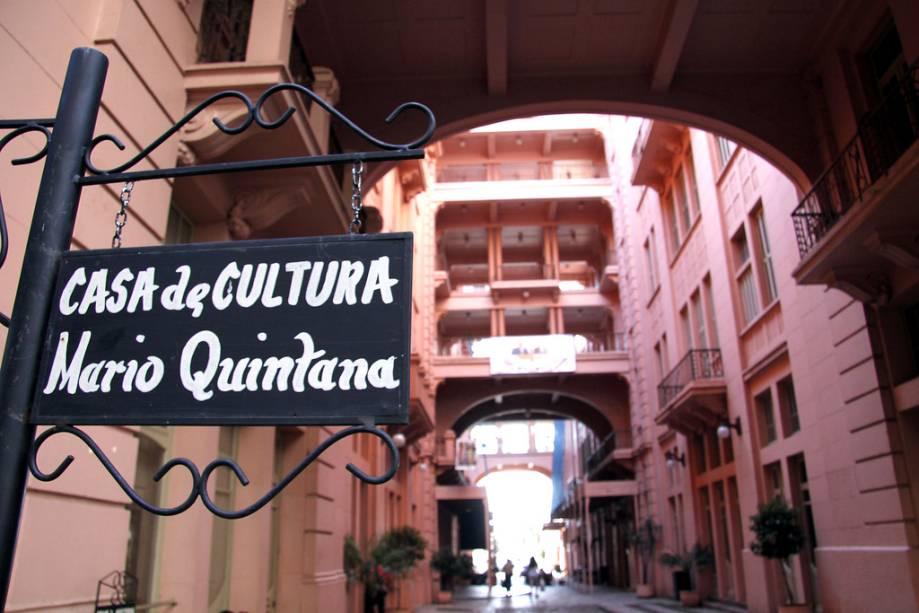 A Casa de Cultura Mário Quintana possui salas para exposições temporárias, acervo sobre Mário Quintana, biblioteca, cinema e teatro