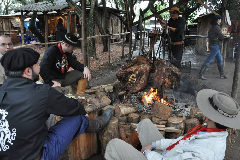 Durante a semana Farroupilha, o acampamento Farroupilha reúne núcleos de tradições de esquerda e grupos de amigos que celebram a revolução.