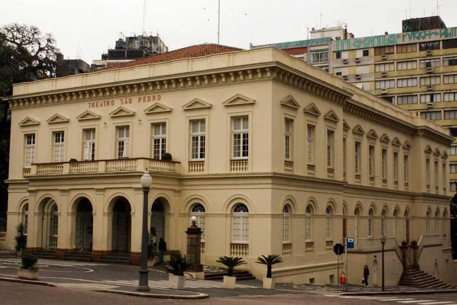 O elegante edifício neoclássico oferece uma concha acústica, um restaurante, um café charmoso e um monumento