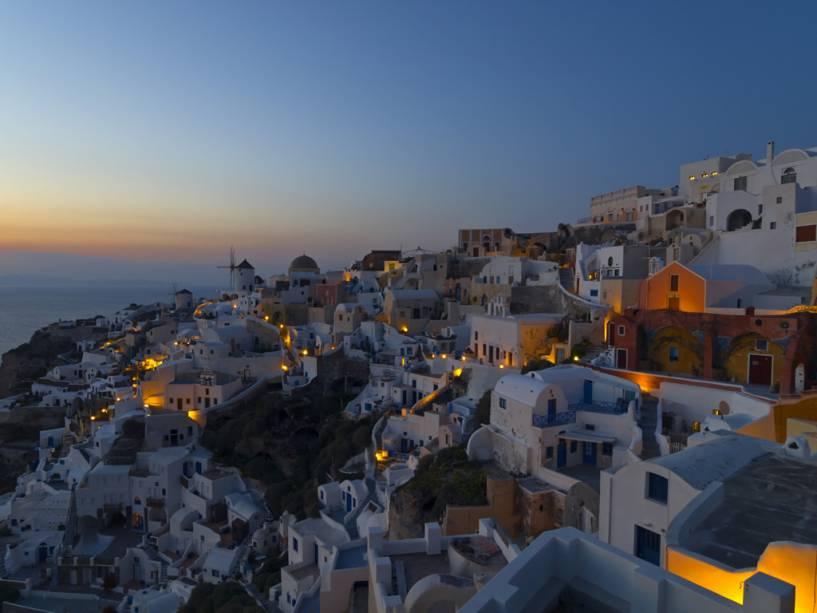 Sendo um dos mais famosos do mundo, o pôr do sol completa a bela paisagem de Santorini