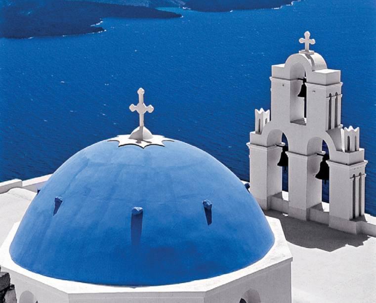 As igrejas da ilha são caracterizadas por cúpulas azuladas.  É fácil se perder entre eles em Santorini