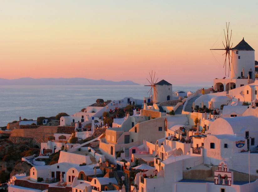 Santorini, na Grécia, é extremamente romântica e muito famosa por seu pôr do sol.  Dos penhascos, você pode admirar o cenário de Star King de diferentes pontos da ilha.  Uma das mais polêmicas é a das ruínas de Oia, a cidade mais famosa do extremo norte.  Chegue cedo, garanta seu lugar em uma parede baixa e clique