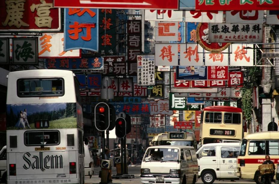 Sinais de trânsito de Hong Kong.  A escrita chinesa, também usada no Japão, começou por volta do ano 1000 aC Desenvolvida durante a dinastia Qin no século III aC Padronizada.  Um chinês precisa saber cerca de 5.000 ideogramas para ser capaz de ler e escrever completamente.