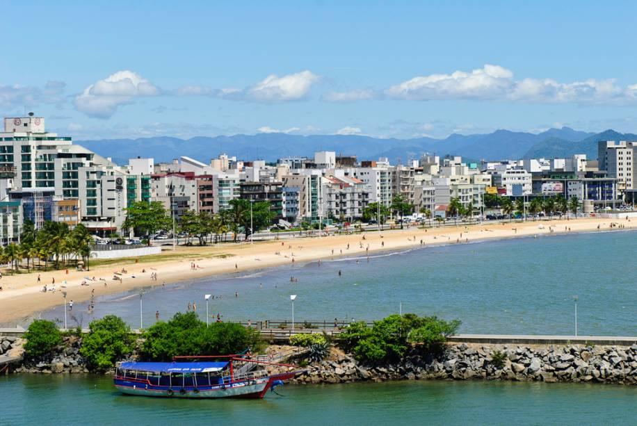 Praia de Camburi tem uma grande extensão de areia que fica lotada nos finais de semana