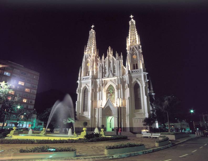 A Catedral Metropolitana de Vitória na Cidade Alta possui estilo neogótico e vitrais com escrituras.