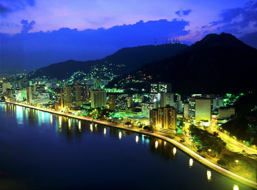 Vitória tem clima agradável com ruas e avenidas emolduradas por grandes pedras e o mar