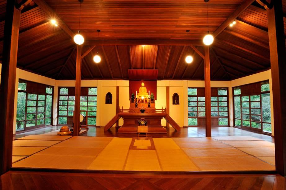 Se preferir, você pode fazer um retiro espiritual local de quatro dias e experimentar a vida como um monge