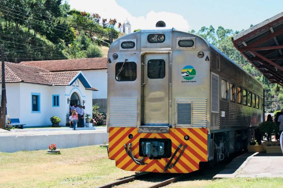 O moderno trem da montanha Capixabas, reativado para passeios turísticos em 2010, liga Viana ao Araguaia