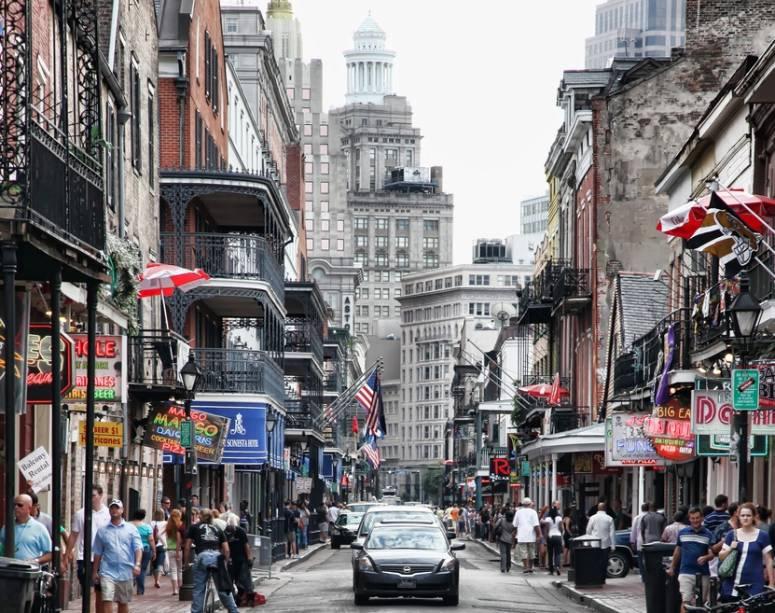 Existem vários hotéis, restaurantes e clubes de jazz na longa rue Bourbon